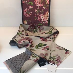GUCCI cream blooms wool scarf
